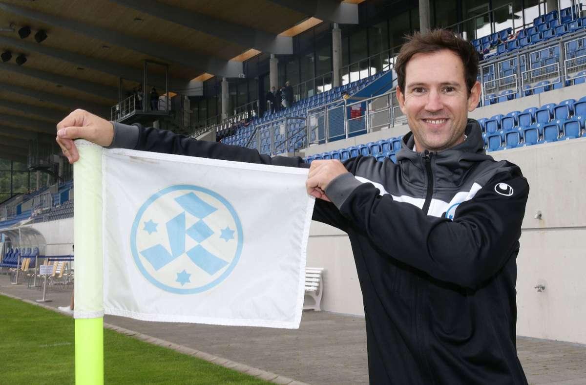 Hält die Kickers-Fahne hoch: Der neue Geschäftsführer Matthias Becher. Foto: Baumann