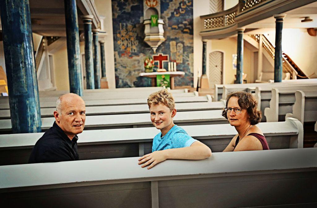 James und seine Eltern in der Kirche von Altensteig Foto: Franziska Kraufmann