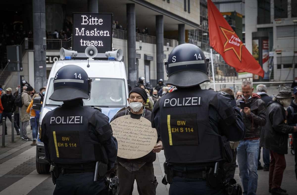 """Am Samstag kam es zu """"Querdenker""""-Demos in Stuttgart. Foto: Lichtgut/Julian Rettig"""