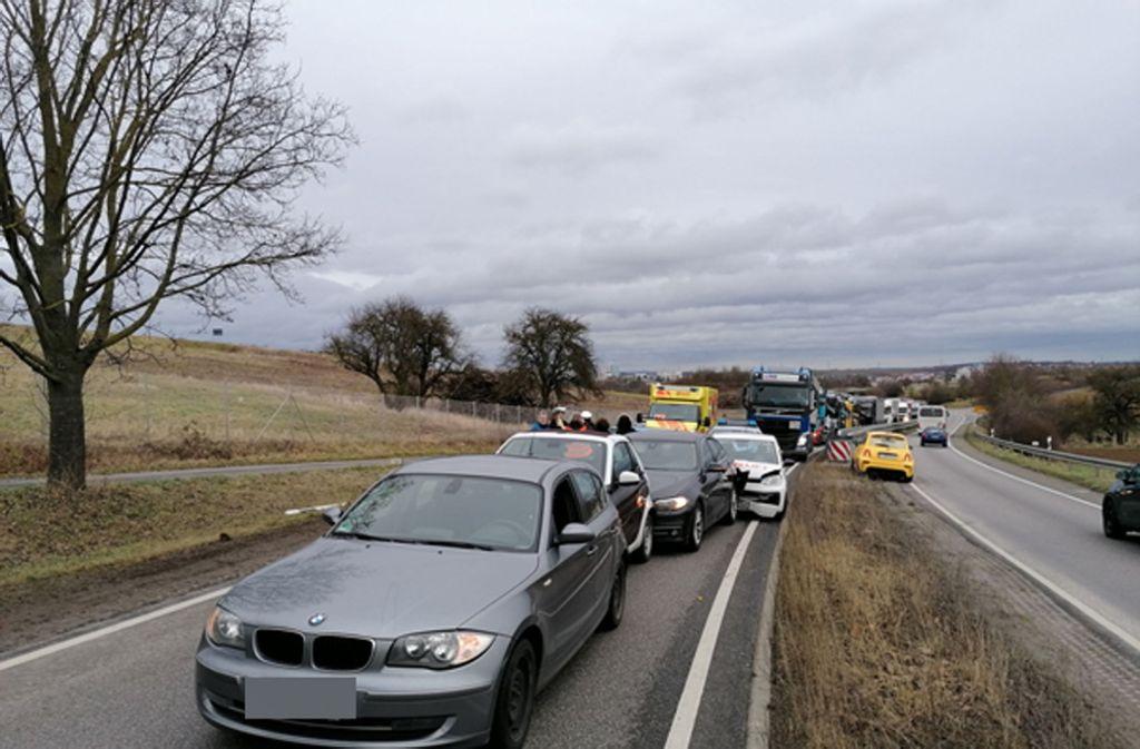 Der Unfall ereignete sich auf der B10 bei Schwieberdingen. Foto: Andreas Rosar/Fotoagentur Stuttgart
