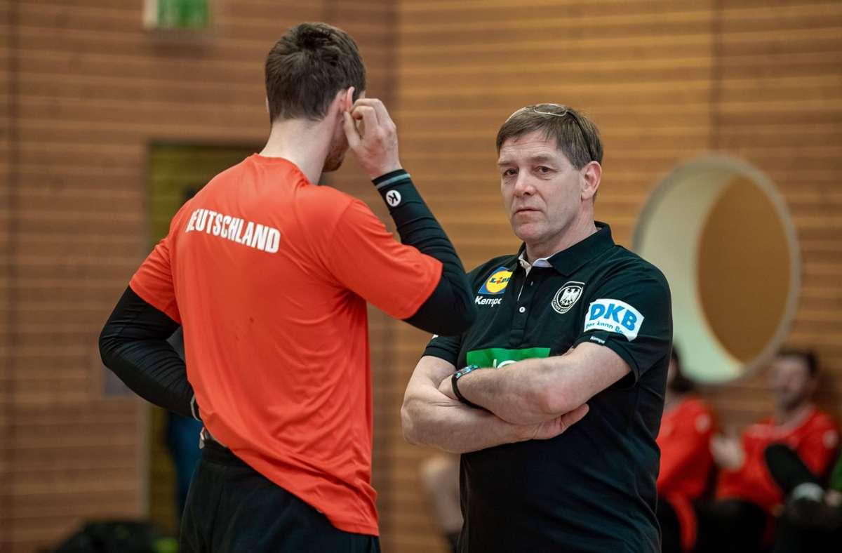 Bundestrainer Alfred Gislason in Einzelgesprächen beim DHB-Lehrgang Foto: imago images/VIADATA/Holger John via www.imago-images.de