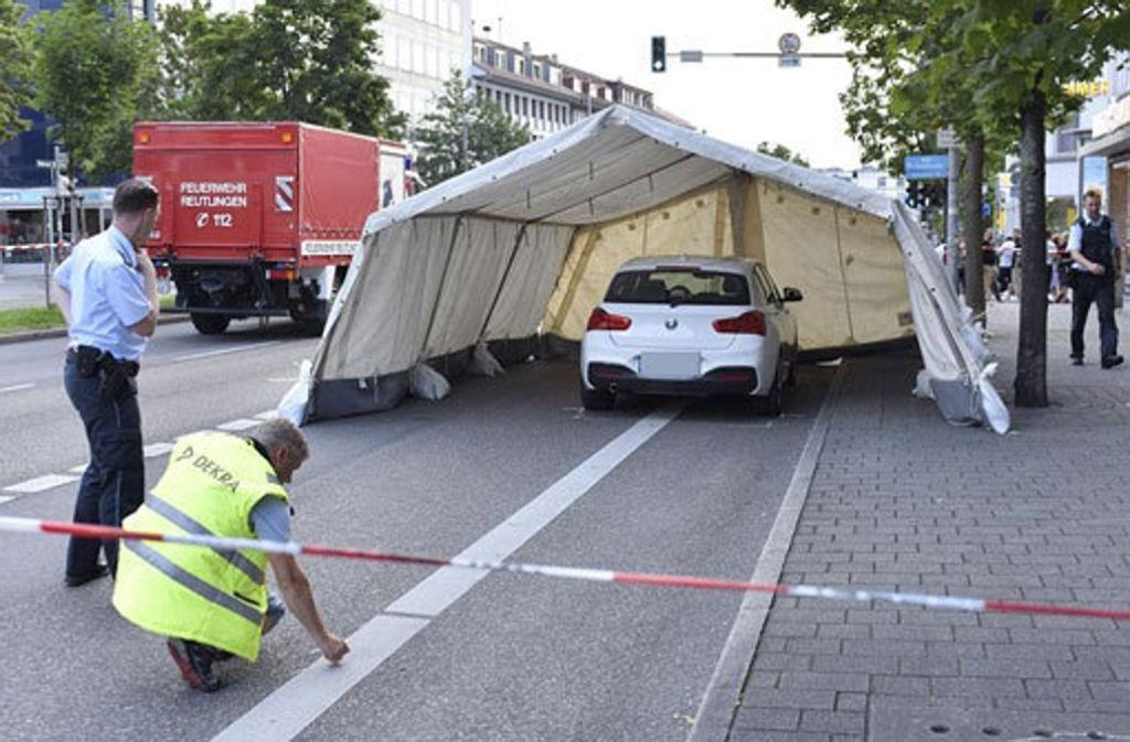 Ein Zusammenstoß mit diesem BMW stoppte am Sonntag den mutmaßlichen Täter nach einer Messerattacke in Reutlingen. Foto: 7aktuell.de