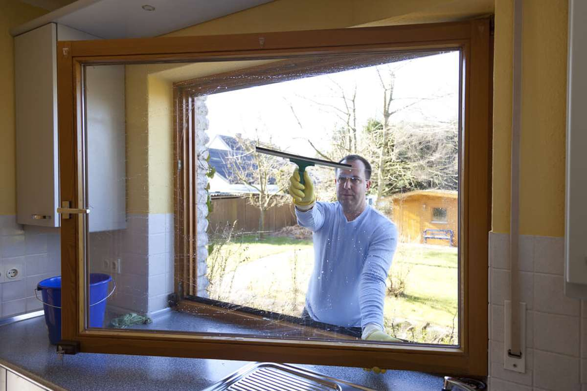 Am Sonntag die Fenster putzen? Foto: Dirk Ott / shutterstock.com