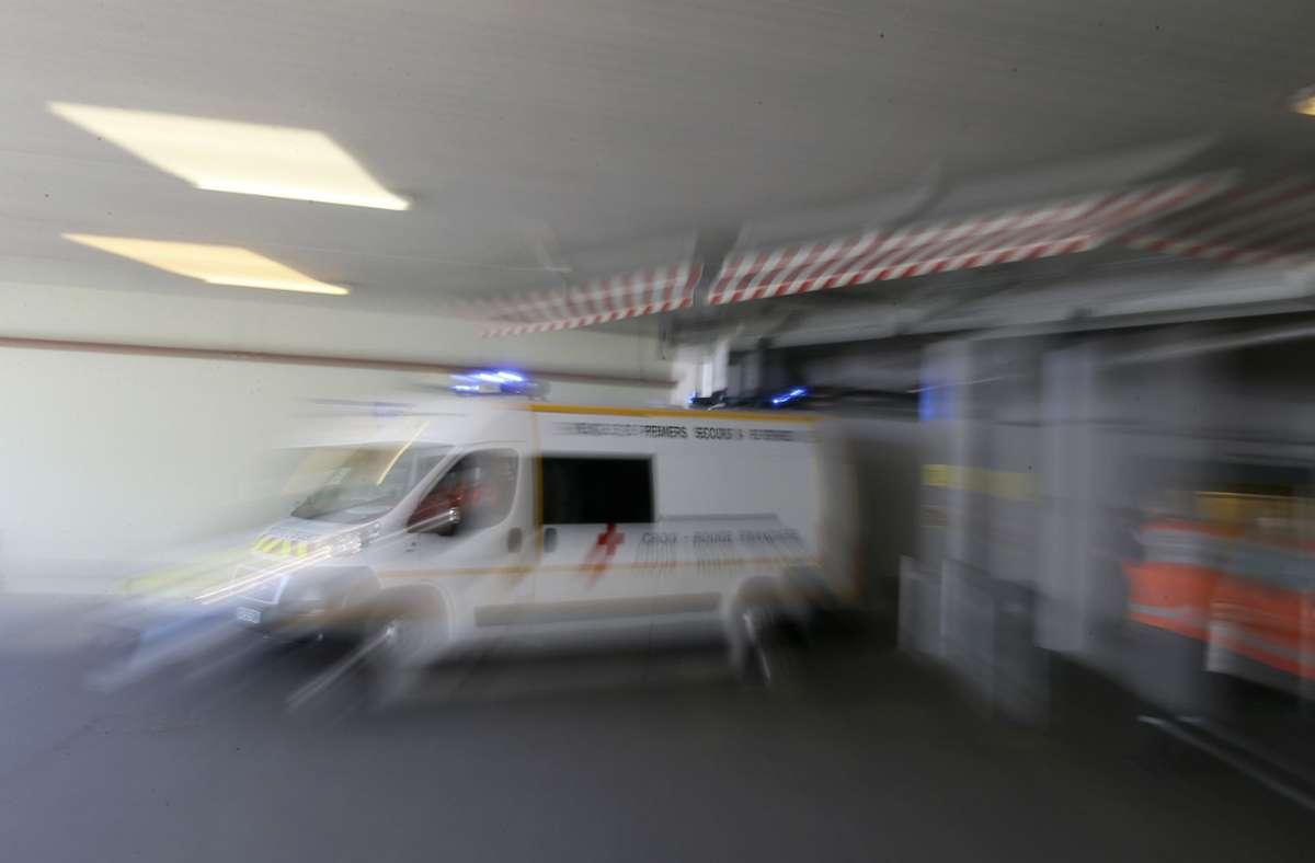 Ein französischer Krankenwagen verlässt die Einsatzzentrale (Symbolbild). Foto: David Vincent/AP/dpa