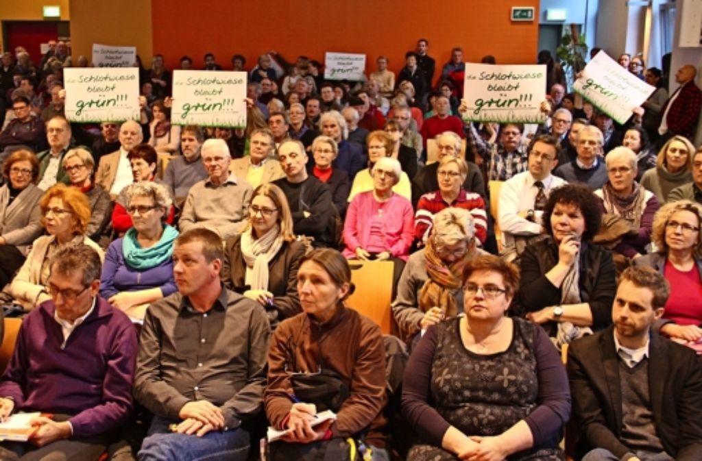 Im Bürgerhaus Rot machten viele Bürger ihrem Unmut Luft. Sie möchten nicht, dass auf der Schlotwiese fünf Asylunterkünfte gebaut werden. Foto: Bernd Zeyer