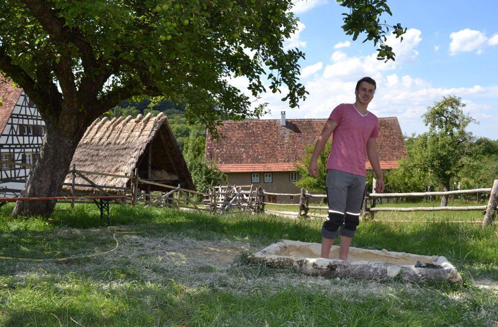 Der Freiwilligendienstleistende Lukas Düring auf dem neuen Sinnesparcours im Freilichtmuseum Beuren, der noch bis Ende September zu entdecken ist. Foto: Freilichtmuseum Beuren