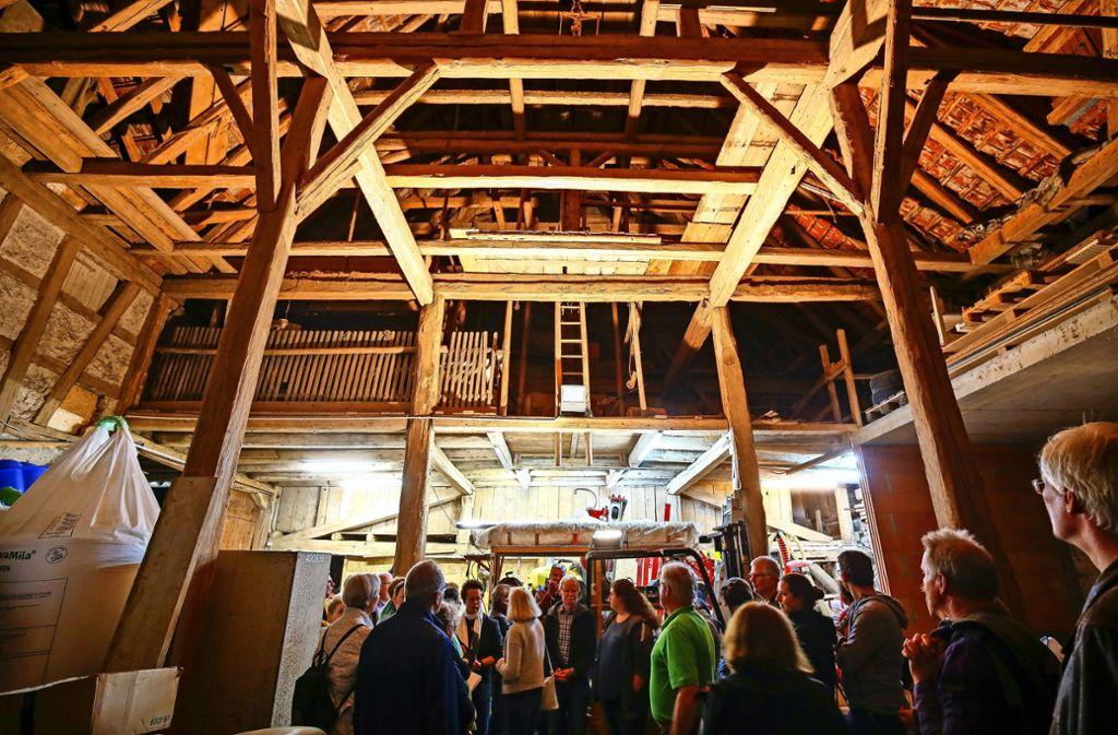 Das  Gebälk  der Scheuene ist imposant – inzwischen sind die historischen Balken zum Teil erneuert worden. Foto: factum/Granville