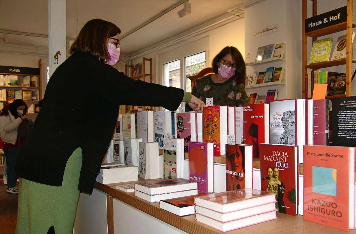 Helke Stadelmeier (li.) und Birgit Närger vom Vaihinger Buchladen präsentieren wieder viele Neuigkeiten für ihre Kundschaft. Foto: Armin Friedl