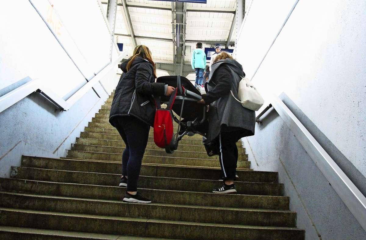 Defekter Aufzug – da bleibt in Fellbach auch in den nächsten Monaten nur, den Kinderwagen eben die Stufen zum S-Bahn-Gleis hinaufzuschleppen. Foto: Eva Schäfer