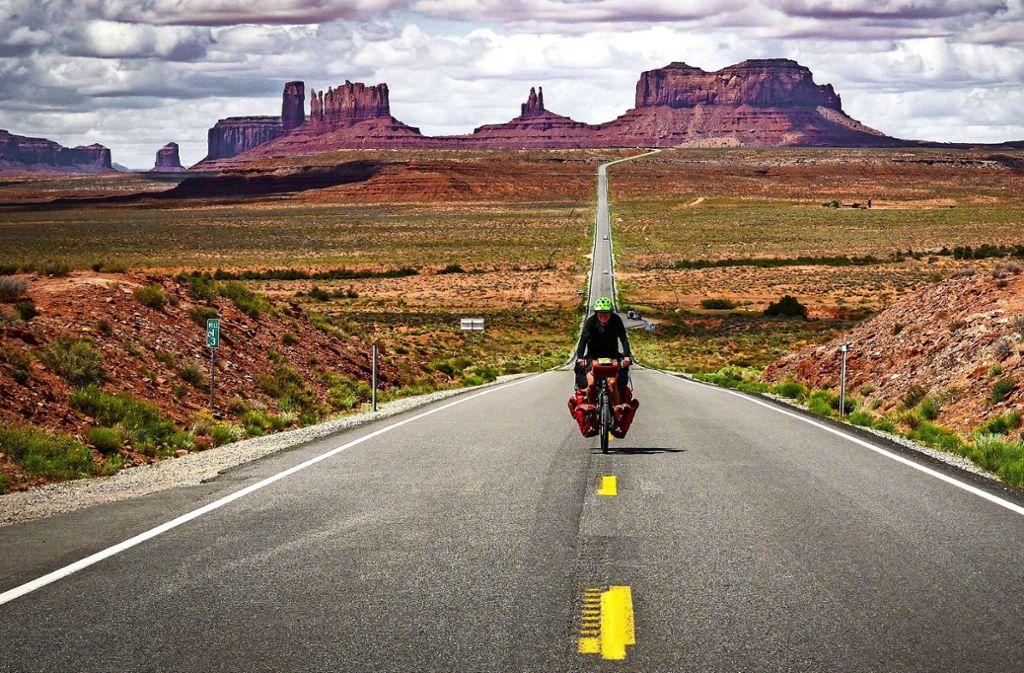 Wo Forrest Gump im gleichnamigen Film aufhörte zu rennen, macht Ferry Weikert auf seinem Fahrrad weiter: im Monument Valley in Utah, USA Foto: