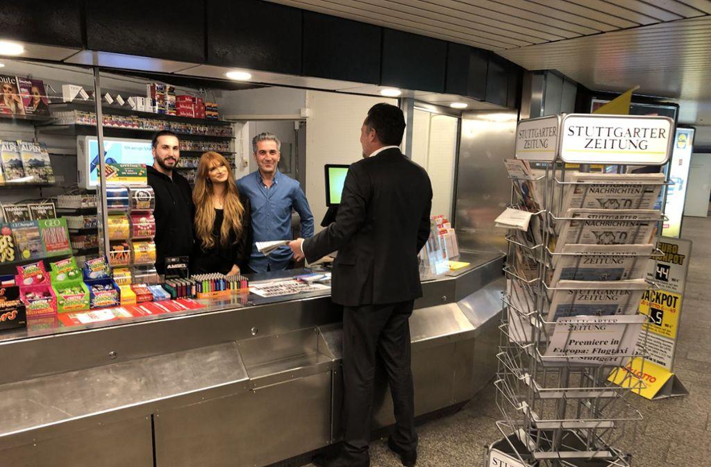 Kiosk als   Familienbetrieb (v. li.) : Kosta, Isabelle und Elefterios Hatzimeletiu.  Foto:  Haar Foto: