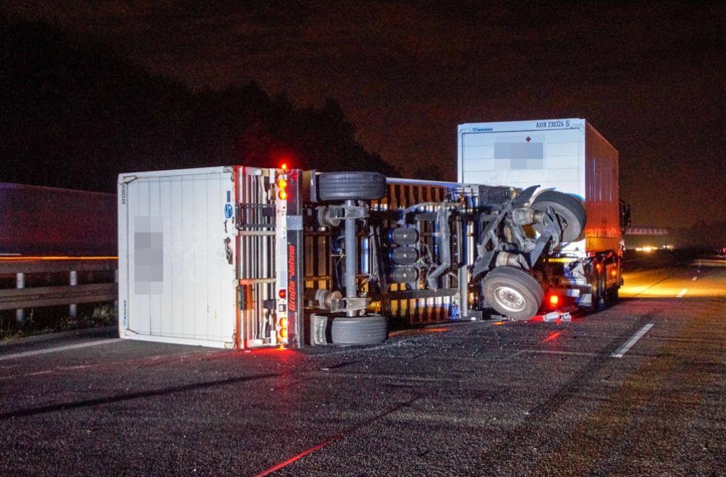 Bei einem Unfall auf der A8 am Stuttgarter Kreuz kippte der Anhänger eines Lkw um. Foto: SDMG