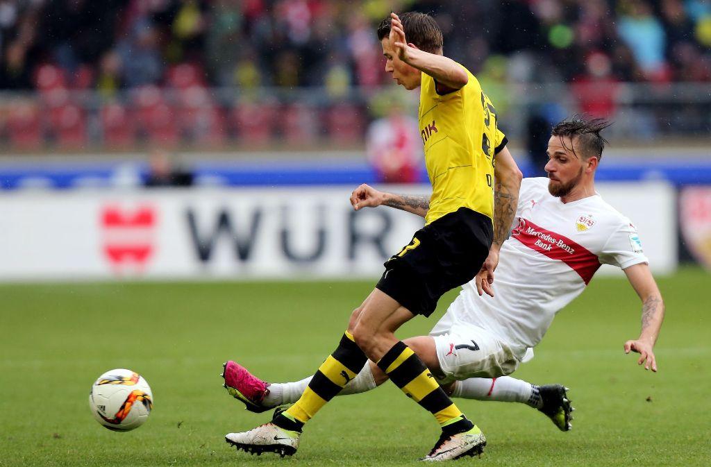 Einst gegen den VfB (Martin Harnik) am Ball, demanächst wohl im Trikot der Stuttgarter: Erik Durm (li.) von Borussia Dortmund Foto: Pressefoto Baumann