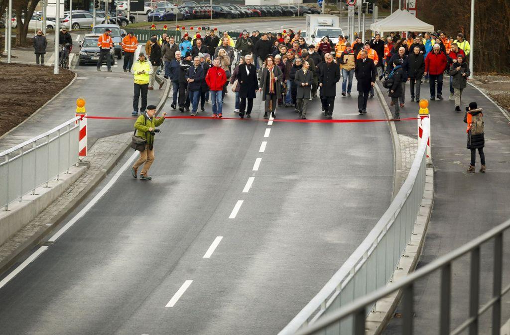 Großer Auflauf  für den feierlichen Akt: die  Amtsträger schreiten zum roten Band, um es  zu durchschneiden. Foto: factum/Granville