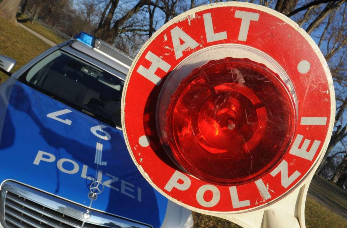 Die Polizei in Leonberg muss einen stark betrunkenen Mann in die Ausnüchterungszelle bringen. Zuvor hatte er auf der A 8 für einige gefährliche Momente gesorgt Foto: dpa/Franziska Kraufmann