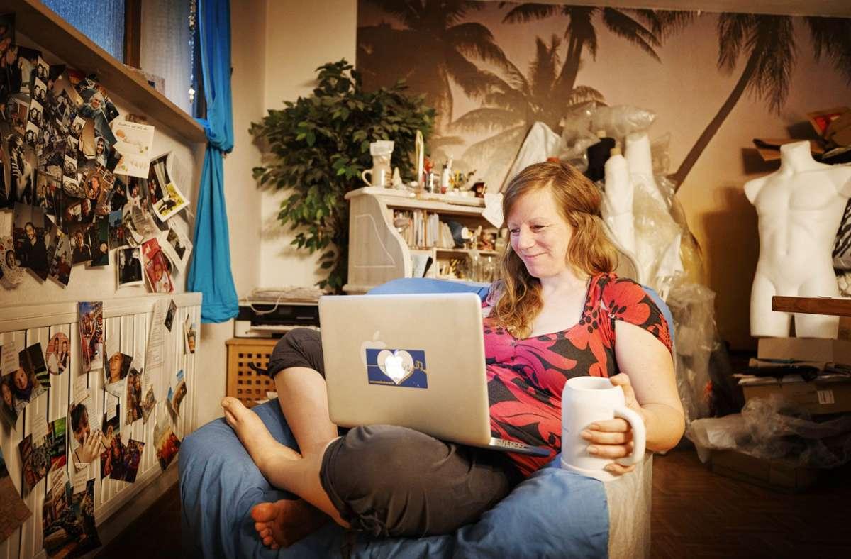 Ein geselliger Kneipenabend kann auch so aussehen: Claudia Fischer hat eine App erfunden, mit der sich die Gäste virtuell in ihrer Lieblingsbar treffen können. Foto: Gottfried Stoppel