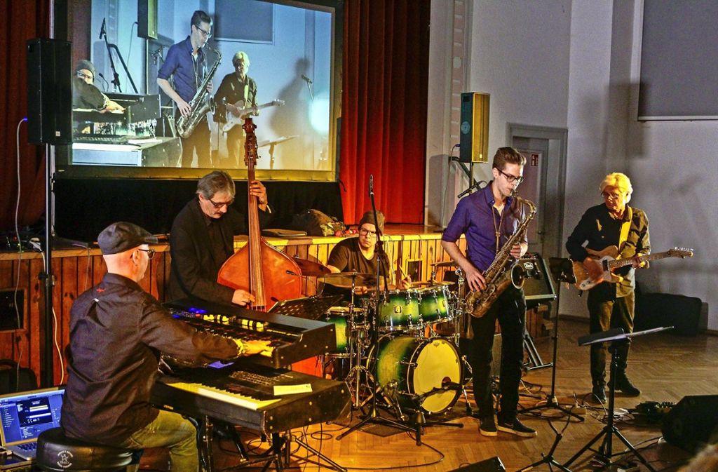 Das Ambiente in der Turnhalle ist natürlich nicht ganz so Jazz-like. Christoph Beck (Zweiter von rechts) und seine Musikerkollegen wissen dennoch zu begeistern. Foto: factum/Bach