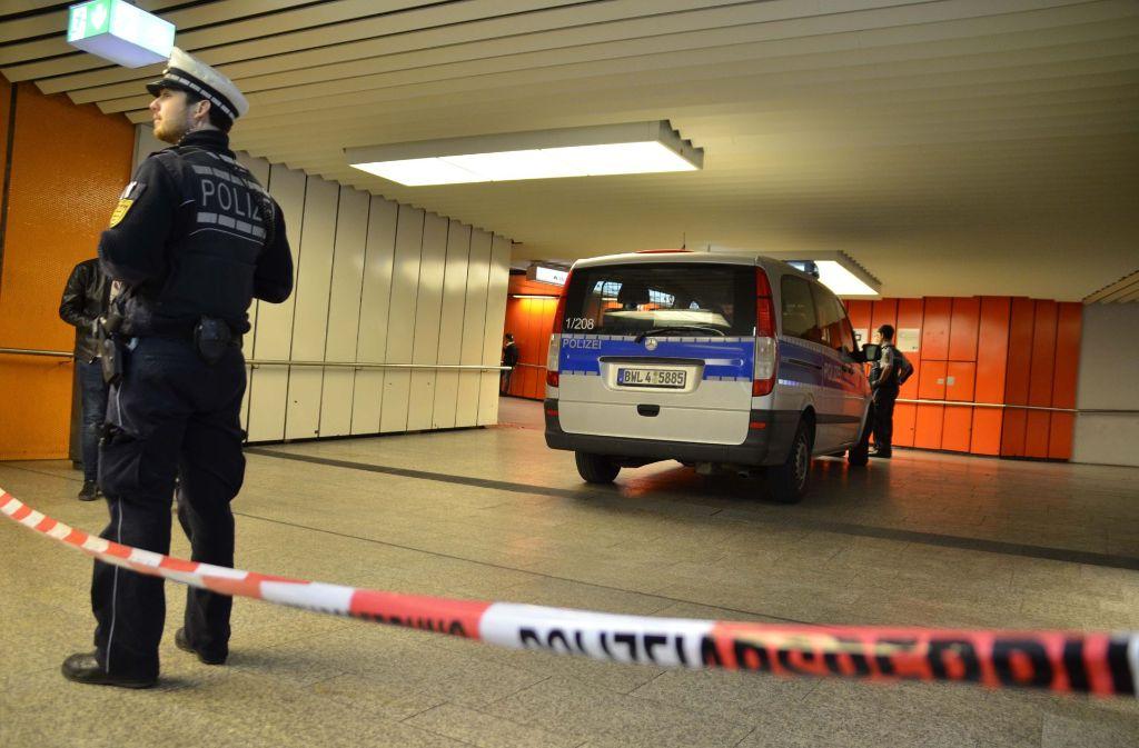 Die Polizei sperrt den Tatort in der Unterführung der Stadtbahn-Haltestelle Stadtbibliothek ab. Foto: Andreas Rosar/Fotoagentur Stuttgart