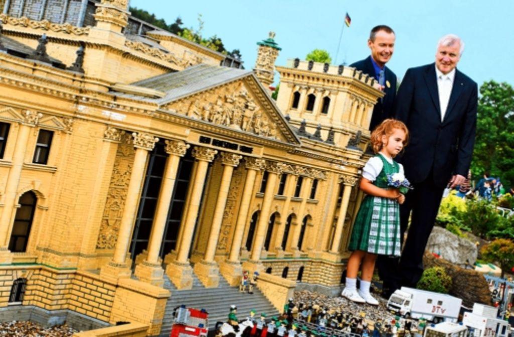 Vor dem Reichstag zu Günzburg: Ministerpräsident Horst Seehofer (rechts) mit Legoland-Chef Pedersen und der kleinen Aurelia. Foto: dpa