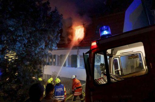Feuer schlägt aus Dachfenstern