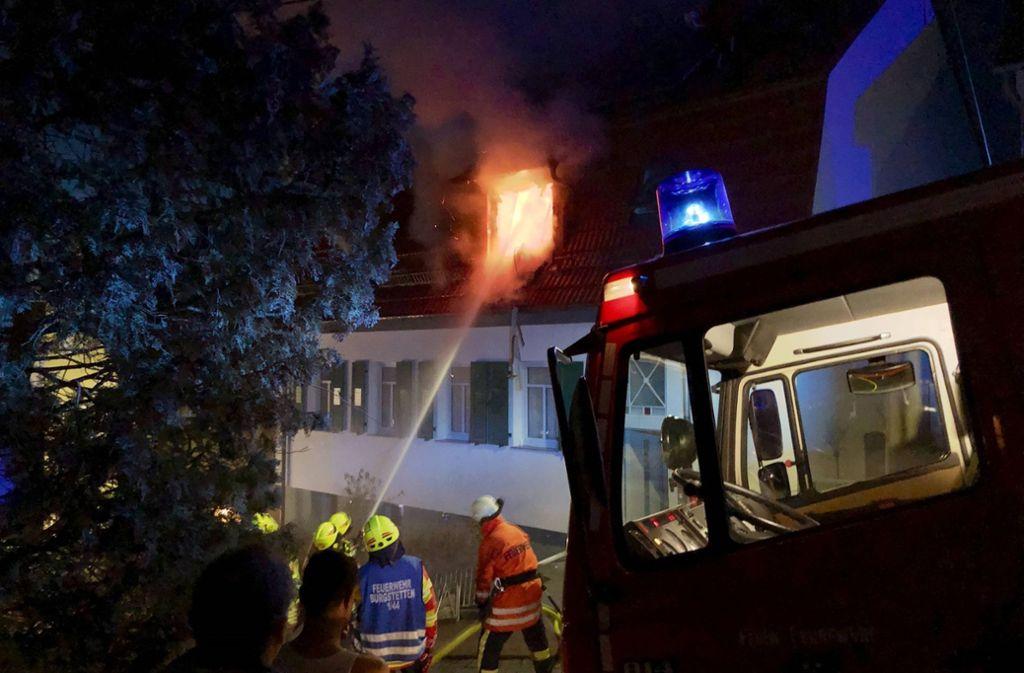 Im Dachgeschoss brennt es lichterloh. Foto: 7aktuell.de