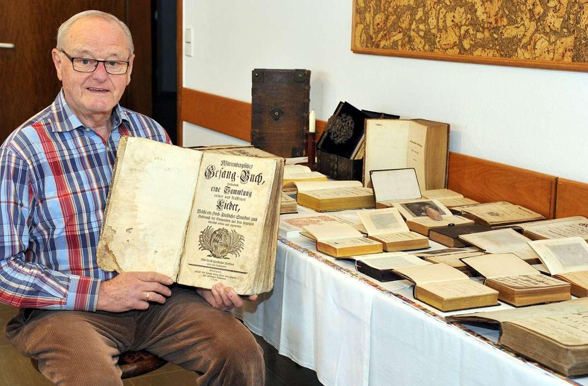 Vor fünf Jahren stellte Martin Huber seine Gesangbuch-Sammlung aus. Im Foto hält er ein Württembergisches Gesangbuch aus dem Jahr 1750 in den Händen. Foto: KRZ Archiv/Ruchay-Chiodi
