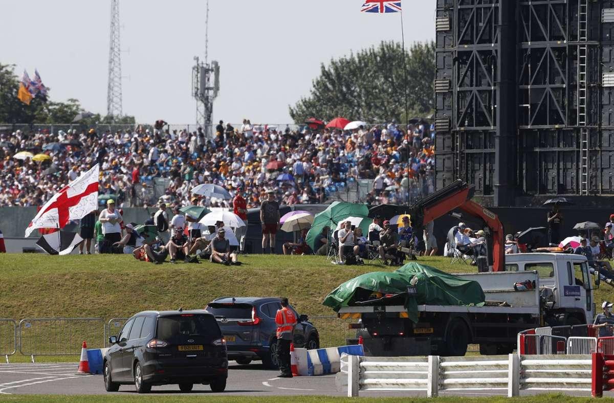 Der Wagen von Max Verstappen wird nach dem heftigen Crash zurück in die Garage gebracht. Foto: imago images/Motorsport Images/Charles Coates