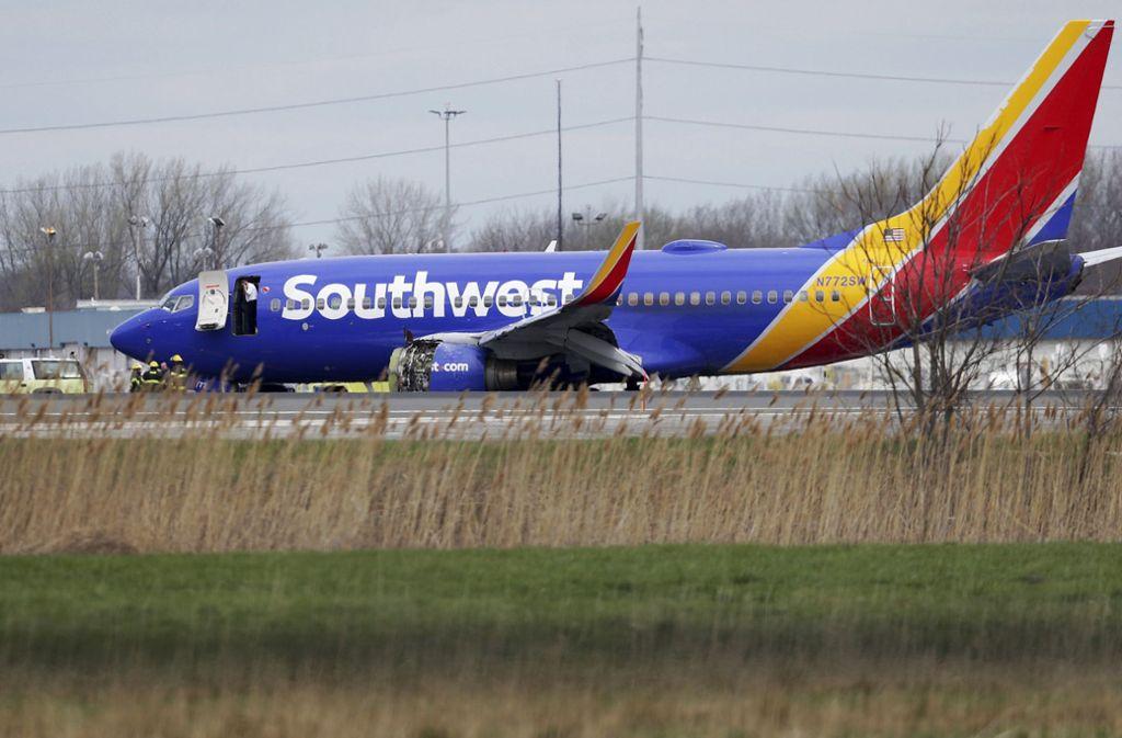 Die Maschine der Fluggesellschaft Southwest Airlines musste wegen eines Triebwerkschadens notlanden. Foto: The Philadelphia Inquirer/AP