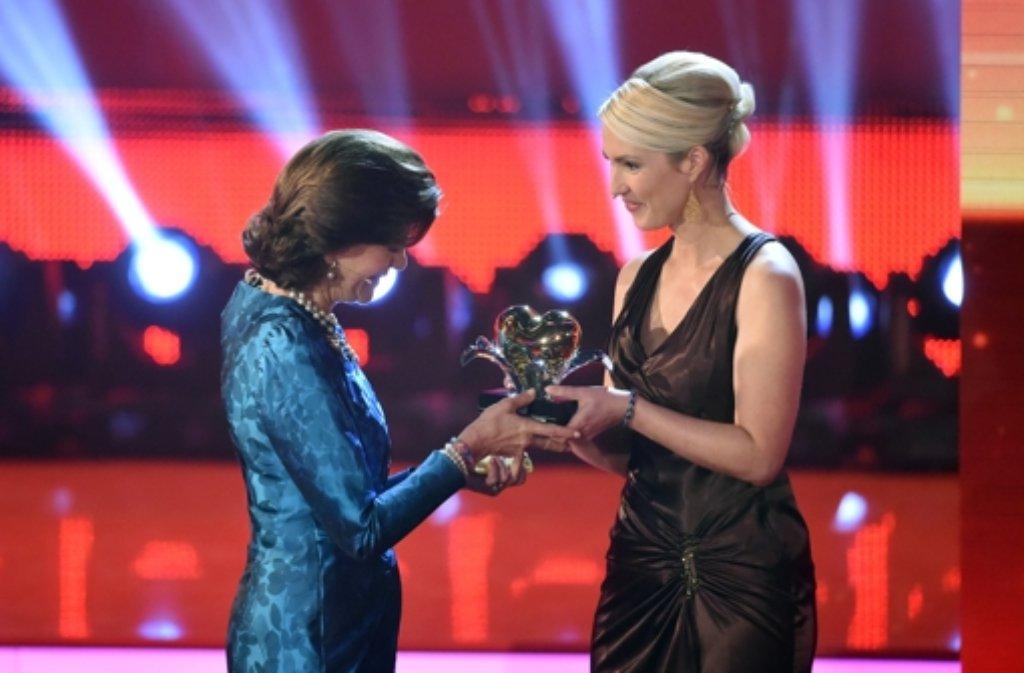 Royaler Gast bei der Ein Herz für Kinder-Gala in Berlin. Schwedens Königin Silvia (links) bekommt von Bundes-Familienministerin Manuela Schwesig das Ehrenherz überreicht. Foto: dpa