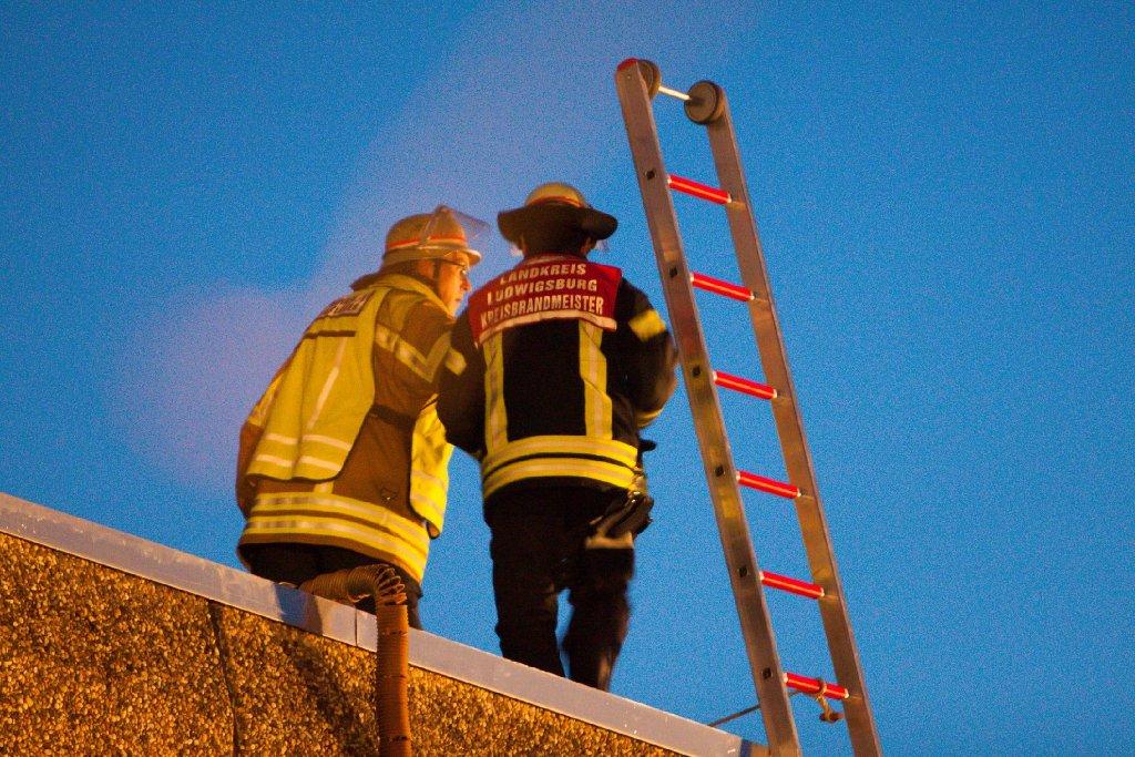 Mit drei bis fünf Millionen Euro könnte der Schaden des Brandes einer Betriebshalle in Bietigheim-Bissingen weit höher sein als bisher angenommen. Jüngste Ermittlungen ergaben, dass der unbekannte Feuerteufel Brandbeschleuniger benutzte. Foto: 7aktuell.de/Schmalz, Becker