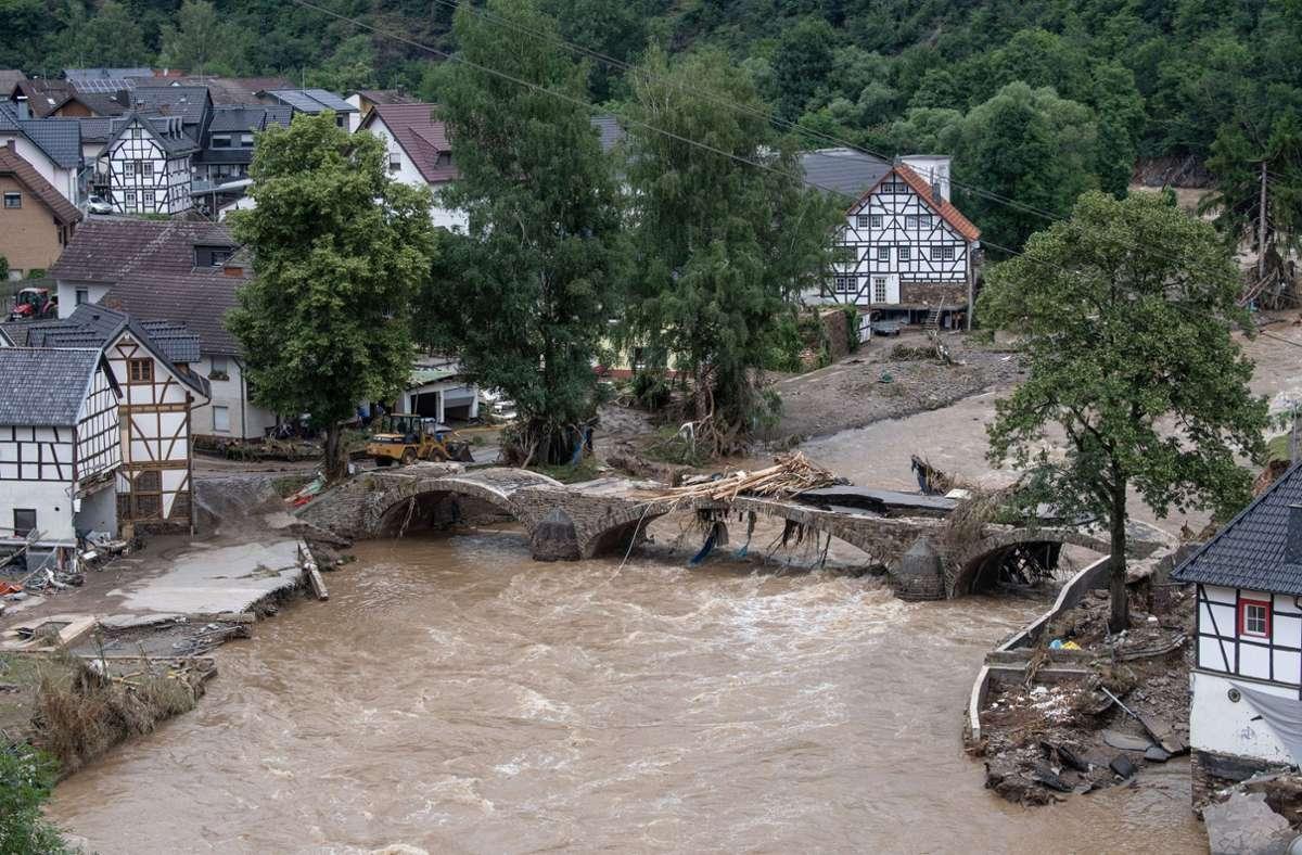 Diese Brücke im Kreis Ahrweiler ist nach dem Unwetter mit Hochwasser unpassierbar geworden Foto: dpa/Boris Roessler