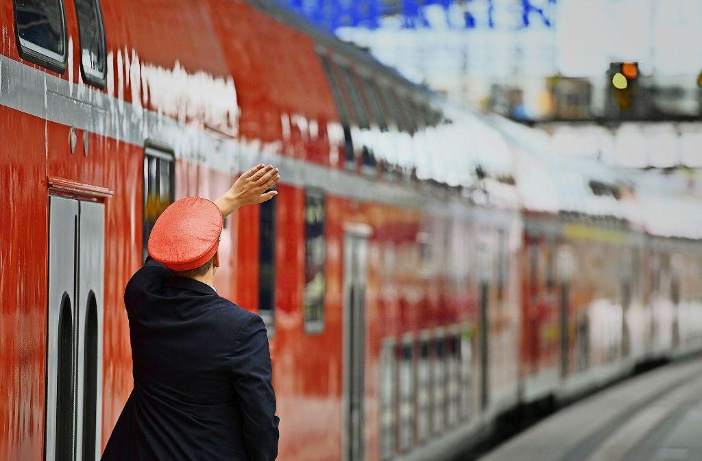 Rund 30 neue Mitarbeiter hat die Deutsche Bahn  eingestellt – trotzdem kommt es auf der Frankenbahn wieder zu Engpässen. Foto: dpa