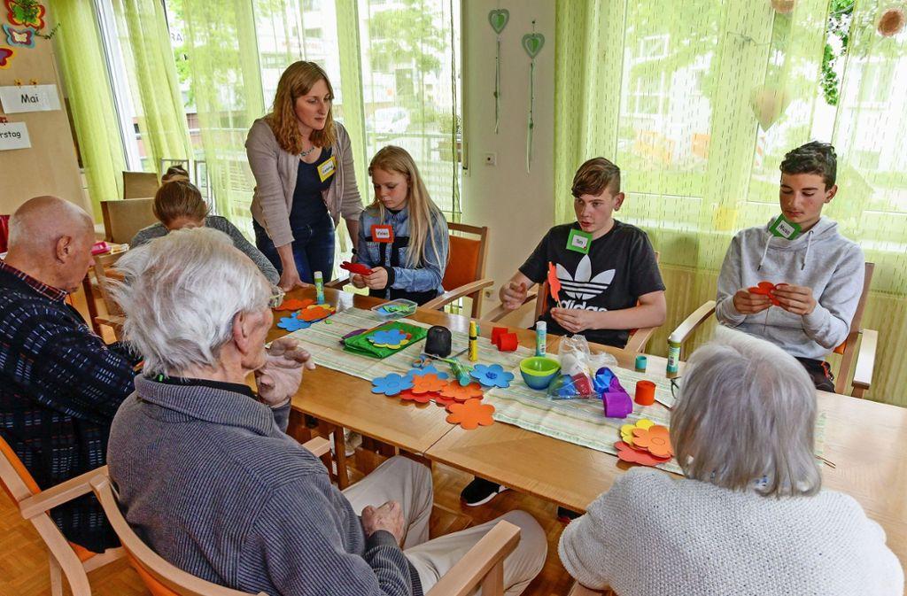 Kathrin Gehring (stehend) bringt mit ihrer Oma AG lernbehinderte Schüler und Demenzkranke zusammen. Foto: factum/Bach