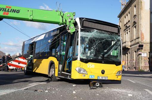 Kranbagger rammt Linienbus – mehrere Verletzte