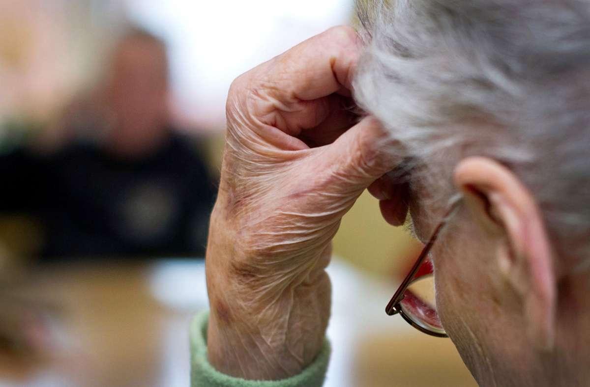Die Diagnose Alzheimer kann das Leben einer ganzen Familie durcheinanderbringen. Gesten und Nähe helfen im Umgang mit Betroffenen. Foto: dpa/Patrick Pleul