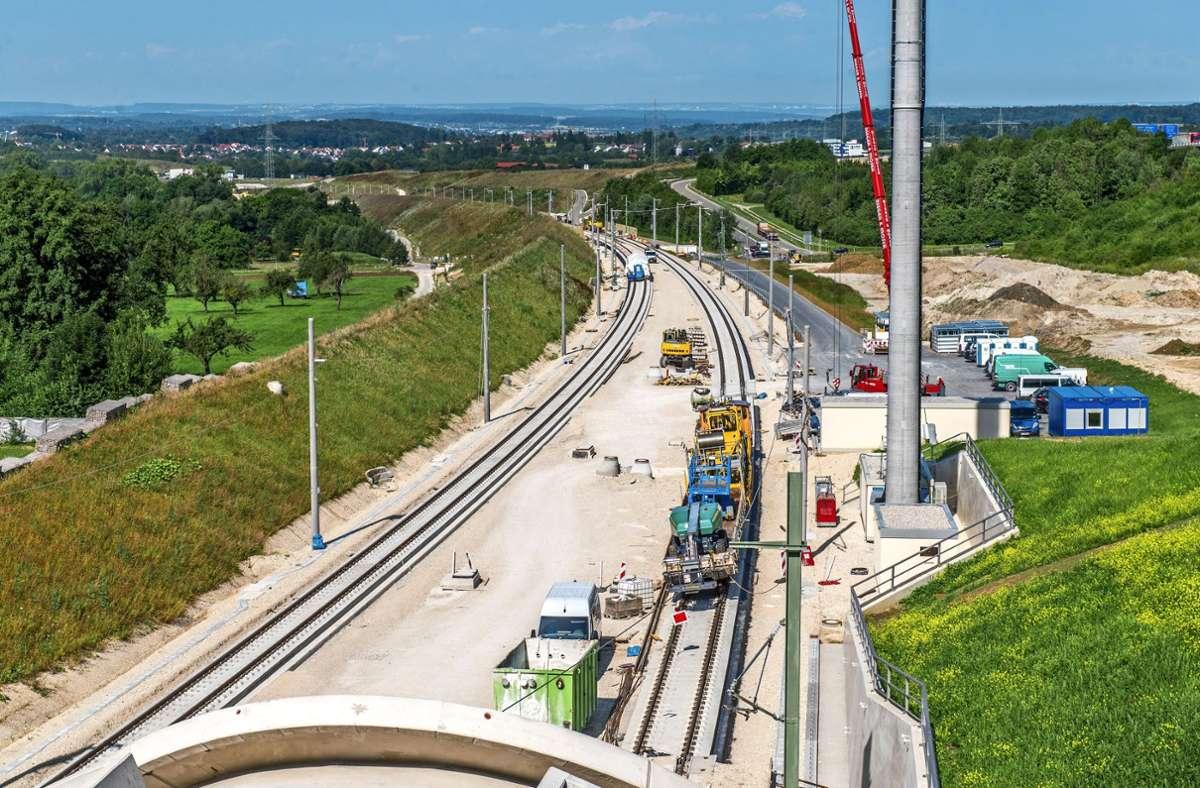 Die neue Schnellbahntrasse bei Aichelberg, links der Wall, der hinunter zum Seebachtal führt. Eine Projektgesellschaft kann sich dort eine große Freiflächen-Fotovoltaikanlage vorstellen. Foto: Giacinto Carlucci