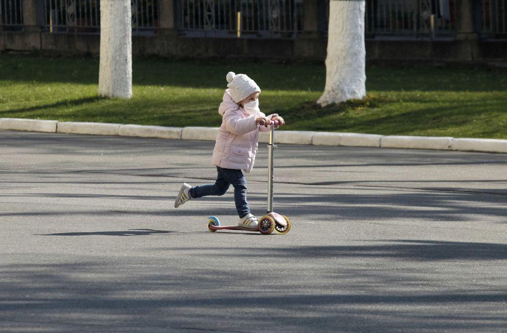 Für Atemschutzmasken gibt es eine Altersbeschränkung. Kinder unter zwei Jahren sollten keine Masken tragen. (Symbolbild) Foto: dpa/Pavlo Gonchar