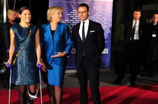 Perfekter Auftritt auf Krücken: Ministerpräsidentin Hannelore Kraft (SPD) empfing Prinzessin Victoria und Daniel von Schweden in Düsseldorf. Foto: dpa