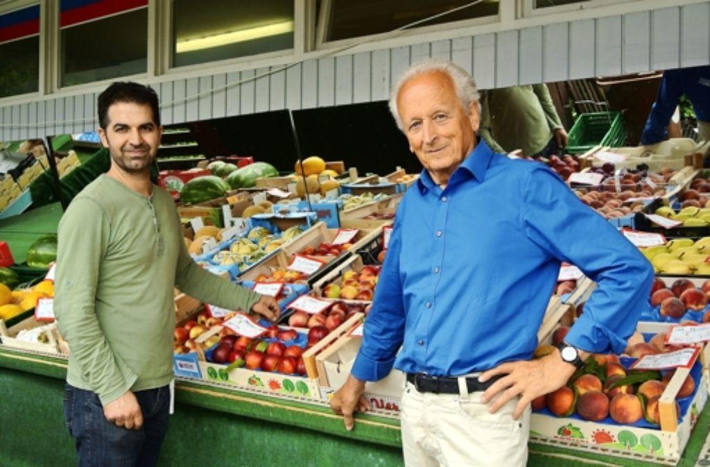 Gerd Wedler (rechts) kommt regelmäßig in den Laden von Hüseyin Gürsel. Foto: Stefanie Käfferlein