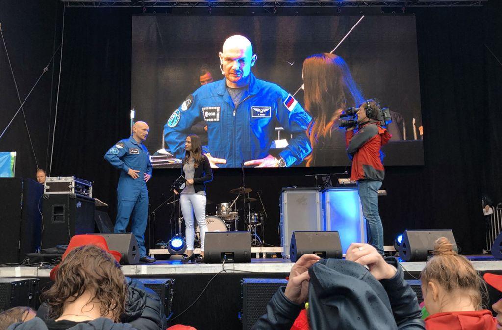 Gewohnt schlagfertig und unterhaltsam plaudert Alexander Gerst in Künzelsau mit der Moderatorin Kristina Sterz. Foto: Tanja Kurz