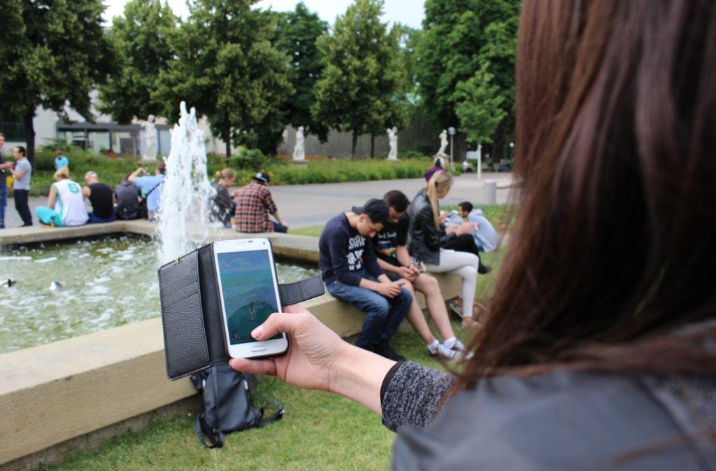 Ein beliebter Ort für die Pokémon-Jagd ist bei jungen Spielern der Stuttgarter Schlossgarten. Foto: Spanhel