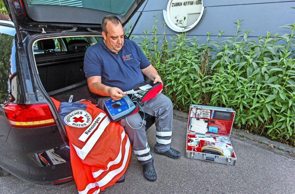 Für Gepäck ist da nicht mehr viel Platz: Achim Bentels Kofferraum ist voll mit Erste-Hilfe-Ausrüstung. Foto: factum/Bach