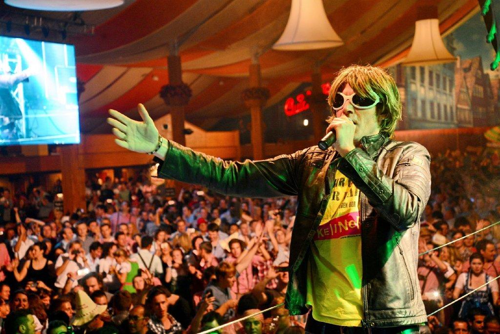 Am Dienstagabend sorgte Zehn nackte Friseusen-Sänger Mickie Krause für Partystimmung auf dem Wasen in Stuttgart-Bad Cannstatt. Foto: www.7aktuell.de