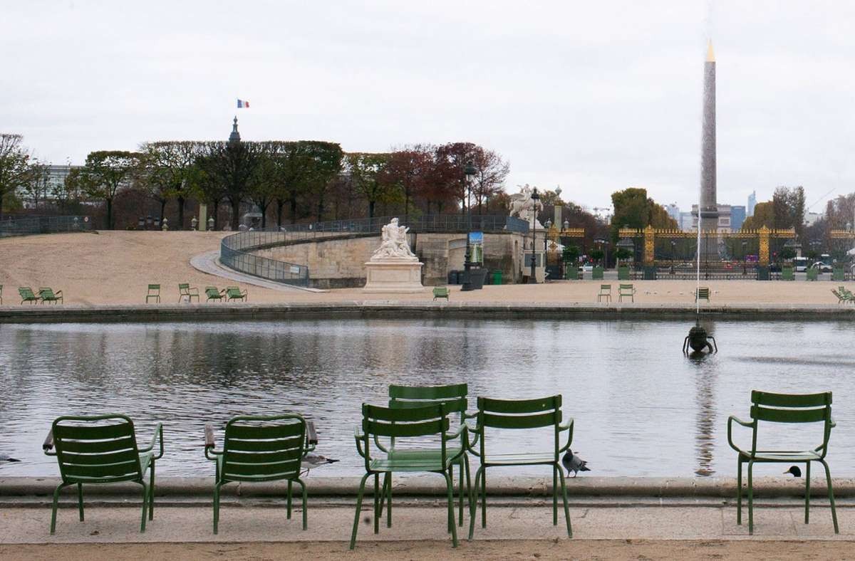 Die sonst meist dicht bevölkerten Parkanlagen vom Jardin des Tuileries liegen verlassen da. Im Kampf gegen die Corona-Epidemie gelten in Frankreich weitreichende Ausgangsbeschränkungen. Foto: dpa/Elko Hirsch
