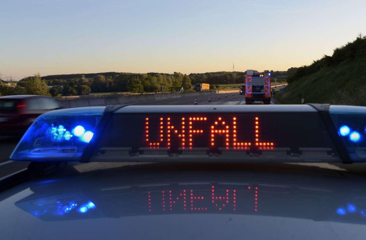 Am Donnerstag prallte eine Autofahrerin auf der A8 in einen Siloballen. (Symbolbild) Foto: picture alliance/Stefan Puchner