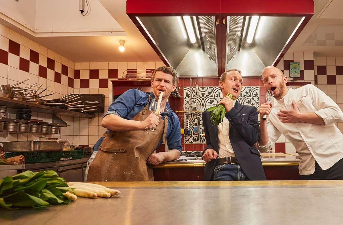 Stimmung in der Küche des Zauberlehrlings: der Winzer Felix Ellwanger, Sänger Patrick Bopp und Küchenchef Fabian Heldmann (von links) Foto: Bernd Eidenmüller