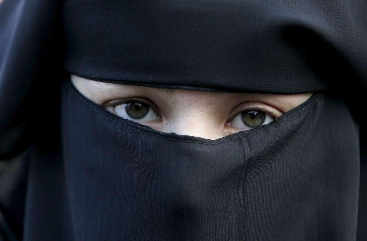 Eine Frau trägt einen Niqab, nur die Augen bleiben frei. Foto: dpa/Evert-Jan Daniels