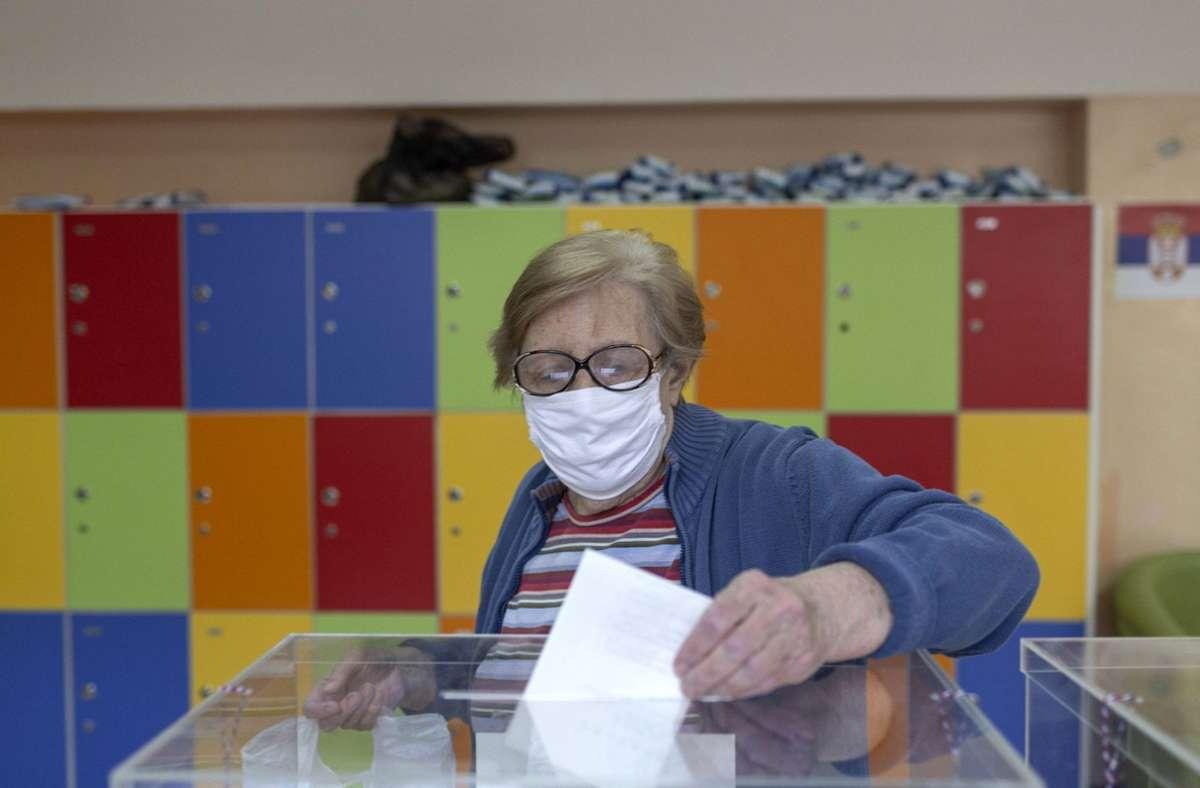 Die Angst vor einer Ansteckung mit dem Coronavirus dürfte auch die Wahlbeteiligung in Serbien beeinflusst haben. Foto: dpa/Marko Drobnjakovic