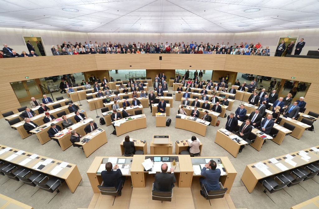 Abstimmung über das Gesetz zur Altersversorgung im Februar: FDP und AfD (beide stehend) sind dagegen Foto: dpa