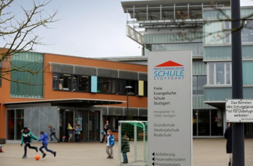 Das Schild muss erneuert werden. Denn seit September hat die Freie Evangelische Schule auf den Möhringern Hengstäckern auch ein berufliches Gymnasium. Foto: Achim Zweygarth